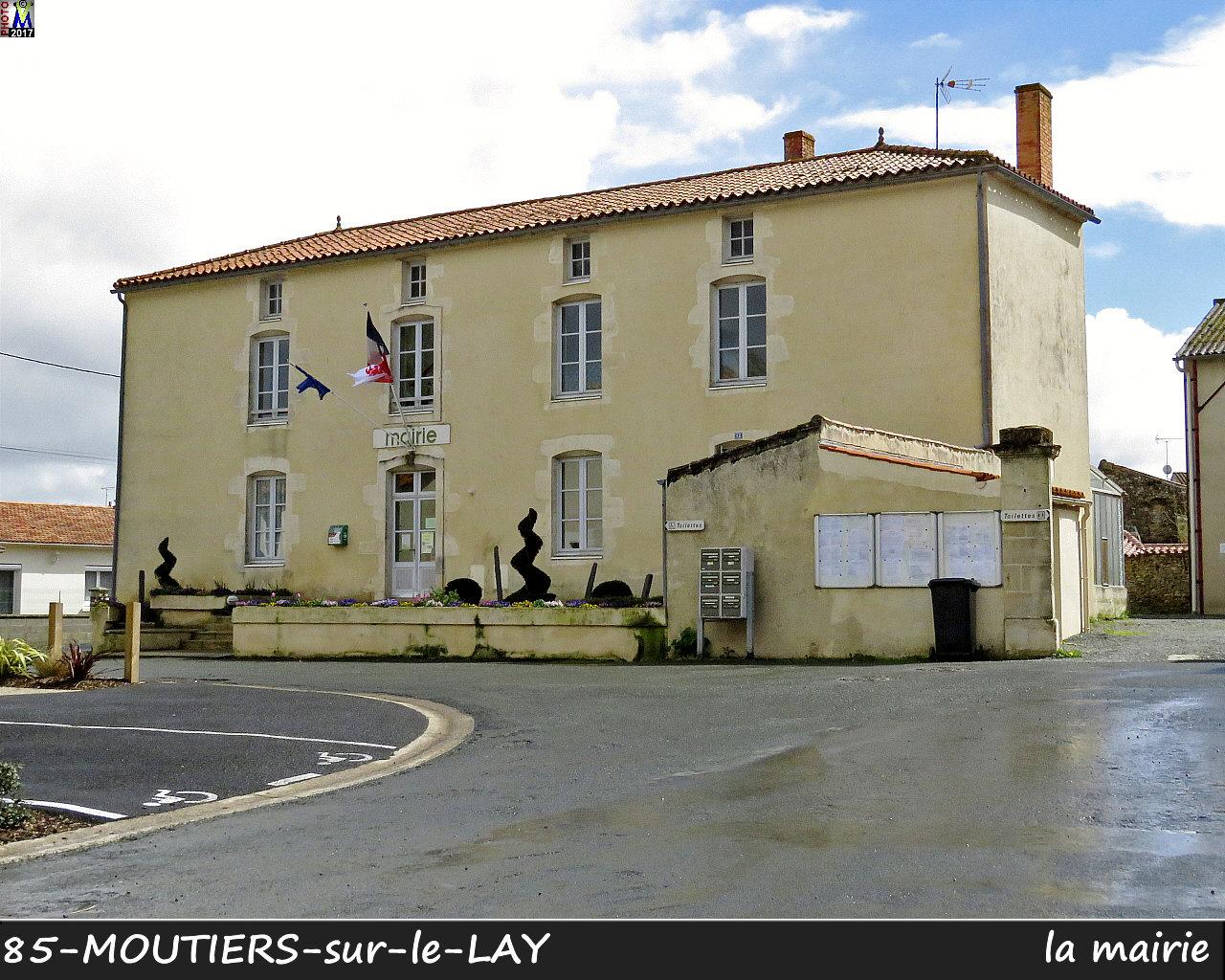 85MOUTIERS-LAY_mairie_1002.jpg